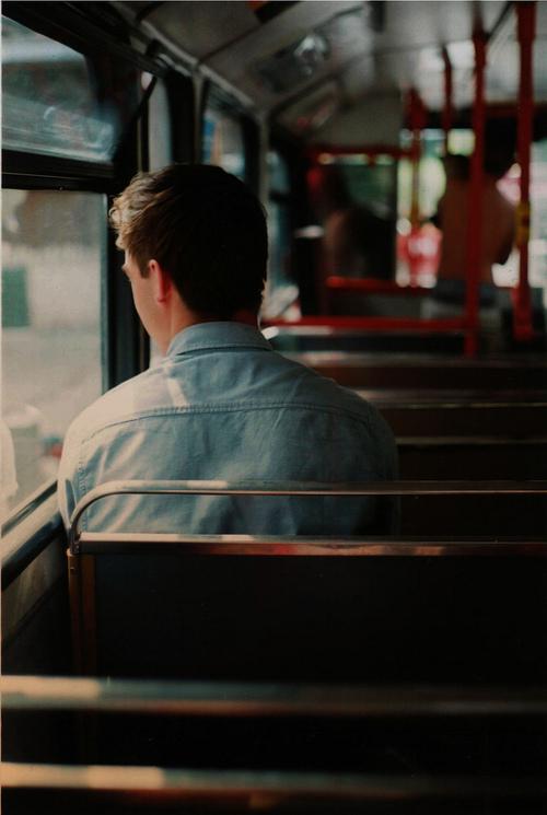 جوان در اتوبوس